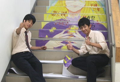 作業中の富永君(左)と橋本君